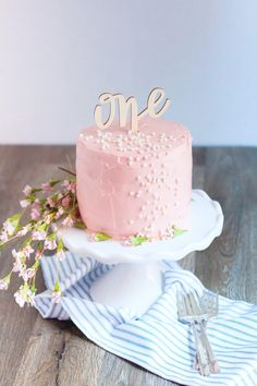 Babys First Organic Birthday Cake 2019 Baby's First Organic Birthday Cake on a stand with small pink flowers and blue striped kitchen cloth. The post Babys First Organic Birthday Cake 2019 appeared first on Birthday ideas. Pink Smash Cakes, Baby Cake Smash, Baby Girl Cakes, Small Birthday Cakes, Girls First Birthday Cake, Cake Birthday, Cake Pops, Baby First Cake, Smash Cake Recipes