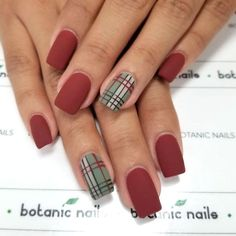 Semi-permanent varnish, false nails, patches: which manicure to choose? - My Nails Plaid Nail Designs, Plaid Nail Art, Plaid Nails, Xmas Nails, Holiday Nails, Simple Christmas Nails, Holiday Mood, Bling Nails, Nail Lacquer