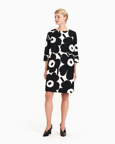 The off white and black Unikko pattern adorns the Unelma dress, which is made of cotton poplin. The body of the dress is lined and it has a boat neckline, a concealed zipper at the back seam and pockets in the side seams. The sleeves are cropped and the d Marimekko, Normal Body, Poppy Pattern, Poplin Dress, Mode Inspiration, Capsule Wardrobe, Hemline, Off White, Ready To Wear