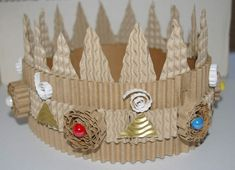 "Make a crown with a roll of corrugated cardboard ("",) Cardboard Box Crafts, Paper Crafts, Diy Crafts For Kids, Arts And Crafts, Origami, King And Queen Crowns, Make A Crown, Princess And The Pea, Diy Mask"
