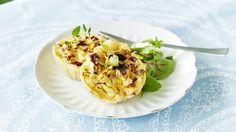 Pienissä suolaisissa piiraissa on maukas kylmäsavuporo-sinihomejuustotäyte. Syö SEKÄ edullisesti ETTÄ hyvin. Resepti vain noin 1,00 €/annos*.
