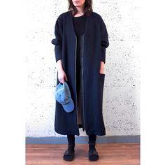 Overmaatse jas met raglanmouwen, voorzakken en een tweeweg rits. Lange V, zachte witte voering, donkerblauwe wol. #oversized #damemode #wintermode