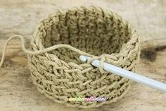 Come fare Cestini di spago all'uncinetto utili e decorativi Tutorial with photos and explanations to make decorative, rigid and various crochet twine baskets of various sizes, to be used as a roof rac Crochet Home, Love Crochet, Knit Crochet, Knitting Designs, Knitting Patterns, Crochet Patterns, Arm Knitting, T Shirt Yarn, Artisanal