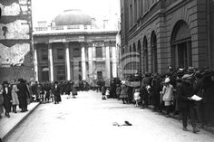 Crowds gather outside City Hall, Dublin, on 28 August to pay their last respects to Michael Collins. Dublin Street, Dublin City, Ireland 1916, Dublin Ireland, Michael Collins, Old Pictures, Old Photos, Ireland Homes, Photo Engraving