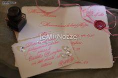 http://www.lemienozze.it/operatori-matrimonio/partecipazioni_e_tableau/partecipazioni-nozze-roma/media/foto/10  Partecipazione di matrimonio scritta con inchiostro rosa e timbro in ceralacca