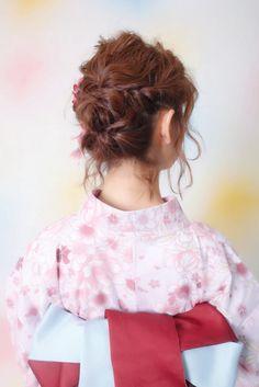 花火大会やお祭りでの浴衣のヘアアレンジ。 よくわからないし、何でも良いんだけど派手なのはちょっと、、、でも自分ではできないスタイルにしたい。という 大人女子に参考にして頂きたいナチュラルスタイル。筆者の個人的な意見ですが、よかったらオーダーの参考にしてください。