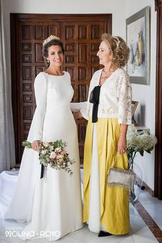La madre de la novia Wedding Wishes, Wedding Pics, Chic Wedding, Wedding Styles, Modest Wedding Gowns, Wedding Dresses Plus Size, Bridal Gowns, Older Bride, Mother Of The Bride