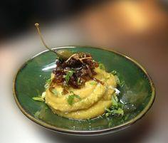 Απολάυστε Φάβα  με καραμελωμένα κρεμμύδια, βαλσάμικο και καρότο γαρνιρισμένα με ελαιόλαδο φρέσκο κρεμυδάκικαι μαϊντανό