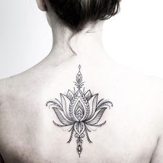 Pretty lotus for Isabeau made last week. Have a great Sunday  Using @rghtstuff  ____________________________ #rachainsworth #lotustattoo #backtattoo #delicate #mehnditattoo