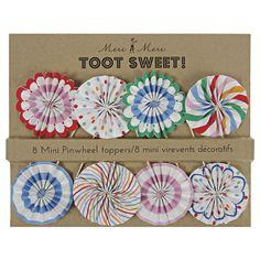Mit diesem süßen Rosettenset aus Papier kann man Cupcakes, Muffins, Sandwiches oder eine Geburtstagstorte blitzschnell dekorieren. Die Meri Meri - Toot Sweet Topper Rosetten gibt es bei www.party-princess.de