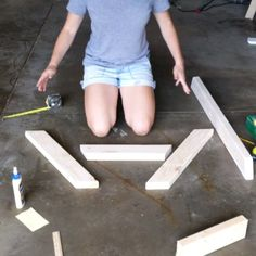 Kids Picnic Table: Plans and a tutorial to build a simple DIY kids picnic table for the backyard or patio. Kids Picnic Table Plans, Build A Picnic Table, Kid Table, Kids Wooden Picnic Table, Pallet Picnic Tables, Woodworking Projects Diy, Diy Wood Projects, Woodworking Plans, Diy Outdoor Furniture