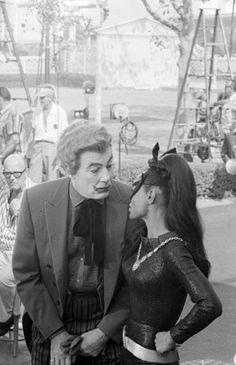 'Cesar Romero' ('The Joker') and 'Eartha Kitt' ('Catwoman') behind the scenes of 'Batman TV Series' Joker Batman, Batman 1966, Batman Robin, Batman Tv Show, Batman Tv Series, Catwoman Cosplay, Eartha Kitt Catwoman, Adam West Batman, Batman Pictures