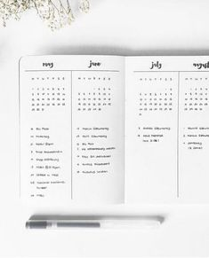 Bullet Journal Future Log - Setup Guide & Usage Ideas The future log in your bullet journal gives you a yearly overview of the year. See how to set up a bullet journal future log or use my free PDF pritnable. The cleverest bullet journal ideas. Planner Bullet Journal, Bullet Journal Minimalist, Bullet Journal Notebook, Bullet Journal Inspo, Bullet Journal Spread, Bullet Journal Ideas Pages, Bullet Journal Yearly Overview, Bullet Journal Year At A Glance, Journal Log