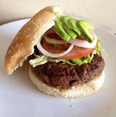 Hambúrguer caseiro com cebola e mostarda, muito fácil de preparar e saboroso! Clique na imagem para descobrir a receita. #comida #receitas #hambúrguer #TudoReceitas #pratoprincipal #fastfood #comidarápida