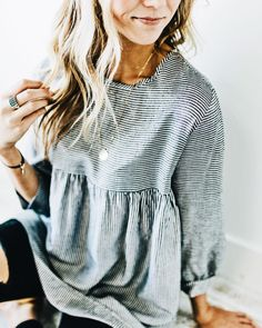 Comfortable blue and white striped top with distressed denim jeans. Comfortable blue and white striped top with distressed denim jeans. Mode Outfits, Fall Outfits, Casual Outfits, Summer Outfits, Mode Style, Style Me, Look Fashion, Winter Fashion, Jeans Fashion