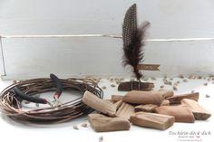 Das geht fix No. 58 - Tischkarten aus Treibholz und Federn - Tischlein deck dich Incense, Wedding, Decorating Cups, Shells And Sand, Place Cards, Drift Wood, Feathers, Cardboard Paper, Valentines Day Weddings