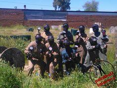 Preparados para la batalla en Paintball Talavera. Amigos y rivales en los escenarios de juego.  Más en http://paintballtalavera.com