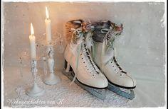 Ein Paar weiße alte Schlittschuhe als Shabby-Deko für die ganze Winterzeit.  Mit dicken Fellkranz, verschneiten Tannenzweigen, Perlen, Federn und lavendelfarbenen Röschen werden sie bestimmt zum...