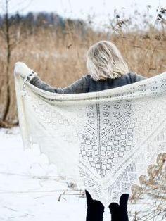 Потрясающая ажурная шаль, связанная на спицах из тонкой шерстяной пряжи. Вязание шали начинается из центра верхнего края по приведенным в