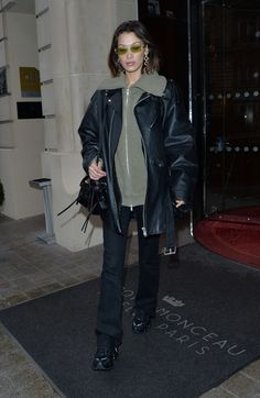Bella Hadid wearing Balenciaga Bag, Nike Shox Tl Sneakers and Balenciaga Time Earrings Bella Hadid Outfits, Bella Hadid Style, Model Street Style, Star Fashion, Fashion Trends, Celebrity Style, Celebs, Style Inspiration, How To Wear