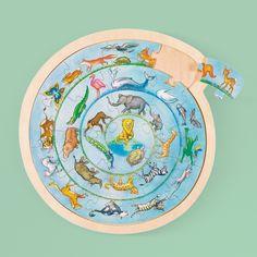 Originálne puzzle v tvare kruhu poteší všetkých malých milovníkov zvierat. Skrýva sa v ňom totiž množstvo zvieratiek - od najmenších po tie veľké dravé. Zaujímavý tvar puzzle podnieti detskú predstavivosť a pamäť, učí spoznávať jednotlivé zvieratká a zlepšuje jemnú motoriku. Puzzle, Riddles, Puzzles, Jigsaw Puzzles
