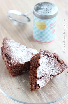 Torta di cioccolato fondente - INGREDIENTI: 100 g di cioccolato fondente 120 g di nocciole tritate grossolanamente 120 g di gocce di cioccolato 120 g di burro 2 uova 170 g di zucchero 100 g di farina  1/2 bustina di lievito
