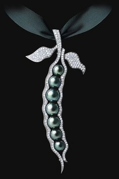 'Pearl Dreams' by Maxim Voznesenky of Jewellery Theatre.  LOVELY