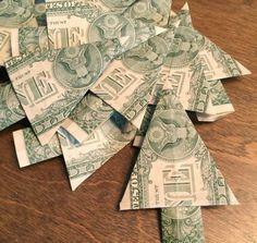 Geld wirkt weihnachtlicher, wenn es zu Tannenbäumen gefaltet wird