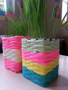 Rairuohot. Loimi laitettiin maitopurkin ympärille ja sitten kudottiin! :) Textiles, Crafts To Do, Easter Crafts, Laundry Basket, Wicker Baskets, Weaving, Tapestry, School, Decor