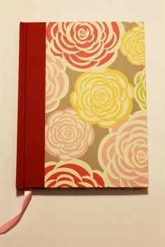 Cuaderno MOW -  100 hojas papel ahuesado, hoja de guarda y cinta color rosado, tapa forrada en papel y vinilo.