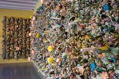Susan beiner tasarımlarıyla gereksiz sentetik üretim ve tüketimini organik parçalarla vurgulayarak kullanıyor.