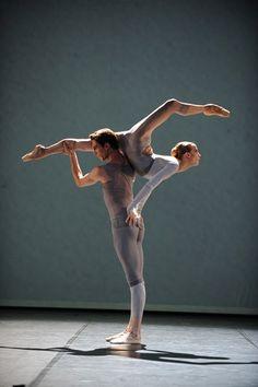Alicia Amatriain and Evan McKie, Stuttgart Ballet Male Ballet Dancers, Ballet Poses, Dance Poses, Contemporary Dance, Modern Dance, Shall We Dance, Just Dance, Dark Fantasy Art, Stuttgart Ballet