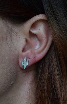 Questi simpatici orecchini a forma di cactus sono in argento 925 e fatti interamente a mano.NO LASER. Adatti da indossare tutti i giorni per la loro piccola dimensione e leggerezza. Ideali per donare allegria a te o come regalo per una a persona cara. --- Dettagli ---- Materiale : Argento 925 Dimensione : circa 1,2x0,7 cm (0,47x0,27) . Per favore,comunicare se si desidera una diversa dimensione. Chiusura con perno e farfallina. Finitura lucida Estremamente leggero e comodo, perfetto per… Tiny Stud Earrings, Cute Earrings, 925 Silver, Cactus, Jewelry, Shape, Gift, Jewlery, Bijoux