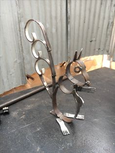 I think u could do this with the bourse shoes – Typical Miracle Junk Metal Art, Recycled Metal Art, Metal Yard Art, Scrap Metal Art, Junk Art, Metal Artwork, Welding Art Projects, Welding Crafts, Metal Art Projects