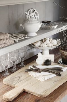 Schönes Schneidebrett von Jeanne d`arc living Lovely cutting board made from old wood for decaration use Can be hand washed Regular coati Shabby Home, Shabby Chic Cottage, Kitchen Storage, Kitchen Decor, Kitchen Ideas, Jeanne Darc Living, Nordic Kitchen, Jeanne D'arc, White Dishes