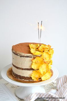 """Este é um bolo especial para o chefe Rui Ribeiro. Uma criação para celebrar o seu dia de anos. Uma sugestão que fica para outras mesas de aniversário. Lindas as """"flores"""" de abacaxi."""