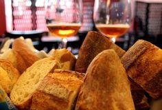 El pan es una delicia, sobre todo cuando llegas con hambre y mientras llega tu platillo.
