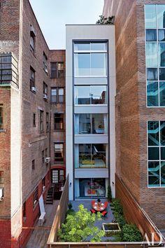 Annabelle Selldorf Renovates a New York Townhouse : Architectural Digest Apartment Renovation, Apartment Design, Townhouse Exterior, New York Townhouse, Manhattan Apartment, Narrow House, Modern Mansion, Architectural Digest, Modern House Design