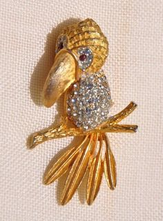 VINTAGE TOUCAN BIRD PIN BROOCH, GOLD TONE, CLEAR & RED RHINESTONES