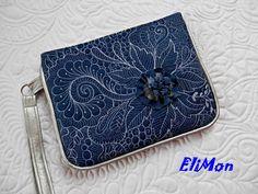 Jeans+quiltovaná+příruční+kabelka...+Příruční+elegantní+džínová+kabelka.+Nejen+k+dennímu+oufitu,+ale+díky+perličkovým+korálkům+se+hodí+i+na+slavnostnější+příležitosti.Ozdobená+mnou+vyrobenou+jeansovou+květinou.+Ozdobně+quiltovaná+krásně+lesklou+vyšívací+bílou+nití,+ručně+přišívané+perlové+korálky+monofilní+(+neviditelnou)+nití.Kombinováno+s+paspulkou...
