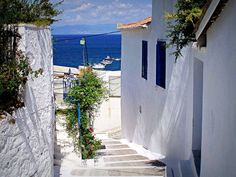 Kalimera from the picturesque alleys of Koroni ! Greek House, What A Wonderful World, Greece Travel, Planet Earth, Wonders Of The World, Planets, Landscapes, Dreams, City