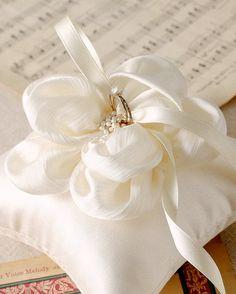 Cuscino anello fiore avorio champagne anello di louloudimeli