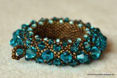 Passend zum Armband , habe ich für meine Schwester den wunderschönen Golden Sun  Anhänger  in Blue Zircon und Bronze matt geperlt.         ...