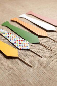 Plaquinhas com gravatinhas coloridas para deixar o look dos convidados mais divertidos