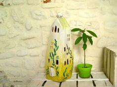 casetta lampada gialla con decori verdi in ceramica fatta a mano : Luminaires par alisanna