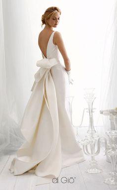 beautiful fish tail and v-back wedding dress #wedding #weddingdress #weddingdresses #weddinggown #bridalgown #bridaldress