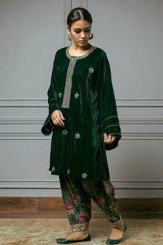 Pakistani Dresses Source by clothes pakistani Source by EnaClothes dresses pakistani Simple Pakistani Dresses, Pakistani Fashion Casual, Pakistani Wedding Outfits, Pakistani Dress Design, Velvet Pakistani Dress, Bridal Outfits, Muslim Fashion, Ethnic Fashion, Asian Fashion