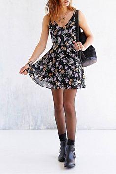 Look de moda: Vestido Casual de Gasa de Flores Negro, Botines de Cuero Negros, Mochila con Cordón de Cuero Negra, Calcetines Negros