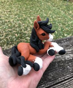 Polymer clay red, black and white horse Polymer Clay Figures, Polymer Clay Sculptures, Polymer Clay Animals, Polymer Clay Dolls, Polymer Clay Charms, Sculpture Clay, Clay Art Projects, Polymer Clay Projects, Diy Clay