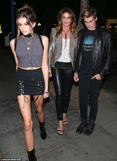 familia de modelos: Kaia Gerber, 15, (a la izquierda) se parecía a su madre supermodelo Cindy Crawford, de 50 años, (centro) cuando llegó al 21 cumpleaños de Kendall Jenner con el hermano Presley (derecha)